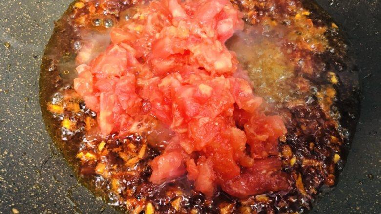 泡菜肥牛,加入番茄,翻炒至浓稠。
