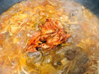 泡菜肥牛,再加入泡菜,准备出锅时加入小辣椒,翻炒均匀就做好啦!