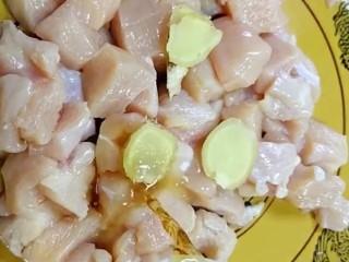 劲爆鸡米花,放入碗中加姜片,盐料酒抓抹均匀