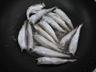 香煎多春鱼,锅烧热,然后加入花生油,加热至7成热。把挂好粉的多春鱼逐一放进锅里,中火煎至鱼的一面定型。煎鱼时不要乱翻动,要先把一面煎成金黄色再翻面。