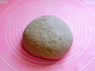 黑麦吐司面包,取出揉圆排气。