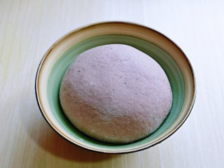 黑麦吐司面包,取出揉好的面团揉圆,可以进行发酵。