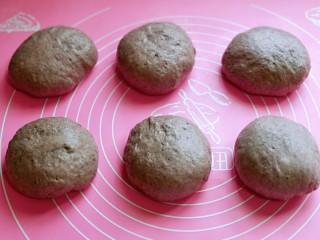 黑麦吐司面包,揉圆盖上保鲜膜松弛20分钟。