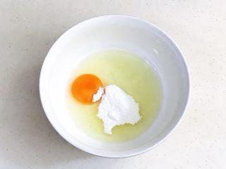 黑芝麻蛋糕杯,往鸡蛋内加入糖粉。
