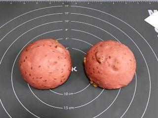 亚麻籽果仁软欧,将面团取出排气,均分成两份,接着滚圆,盖好保鲜膜松弛15分钟。