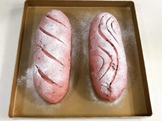 亚麻籽果仁软欧,发至两倍大时取出面包,在表面筛一层薄薄的<a style='color:red;display:inline-block;' href='/shicai/ 550/'>高筋面粉</a>,用锋利的刀片在面包表面刮出纹理。