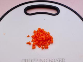 海虾时蔬双米粥(宝宝辅食),把<a style='color:red;display:inline-block;' href='/shicai/ 25/'>胡萝卜</a>洗净后,用刀切成小丁。