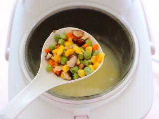 海虾时蔬双米粥(宝宝辅食),粥在结束前10分钟,放入焯好的青豆和玉米粒,香菇丁和胡萝卜丁。
