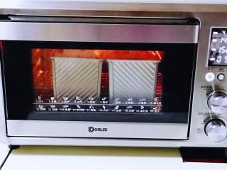 黑麦吐司面包,将烤网入烤箱下层,上下管145度烤50分钟,注意观察上色情况,上色立即+盖一张锡纸!(具体温度及时间根据自家烤箱性能另定)