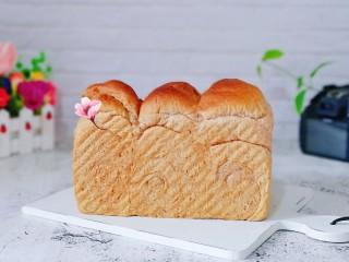 黑麦吐司面包,戴上隔热手套取出模具,趁热脱模。