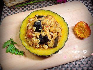 南瓜香菇鸡翅焖饭,姜焖饭拌匀,盛一碗到南瓜盅里,一碗美味的香菇鸡翅南瓜焖饭就做好了。