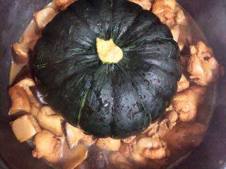 南瓜香菇鸡翅焖饭,将大米洗好放入锅中,不放水,将炖好入味的鸡翅根香菇倒入锅中,汤汁够焖饭的水份即可。最上面放半个南瓜,盖盖儿煮饭。