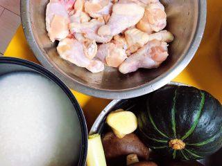 南瓜香菇鸡翅焖饭,准备好食材。鸡翅根、香菇、南瓜、葱姜、大米。