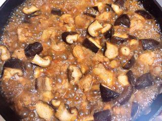 南瓜香菇鸡翅焖饭,盖上锅盖儿,炖煮5分钟。