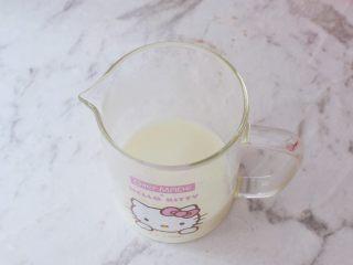 椰香紅薯球,溫水中加入澳優淳璀有機奶粉攪拌均勻備用