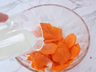 椰香紅薯球,取出蒸熟的紅薯,加入配方奶