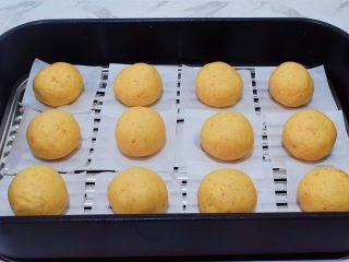 椰香紅薯球,把紅薯球墊上油紙,放入蒸籠中,再放入燒開水的蒸鍋,蒸15分鐘