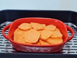 椰香紅薯球,紅薯洗凈切成薄片,放入蒸鍋蒸熟