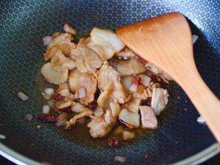 花肉白玉菇小炒,大火继续翻炒至花肉,断生变色的时候。