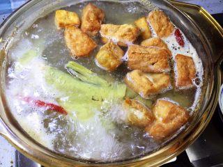 牛尾巴鱼白菜豆腐泡汤,放入豆腐泡继续煮10分钟