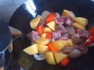 土豆炖牛肉,只需把牛肉炒到两面稍稍变色,闻到洋葱的香味即可
