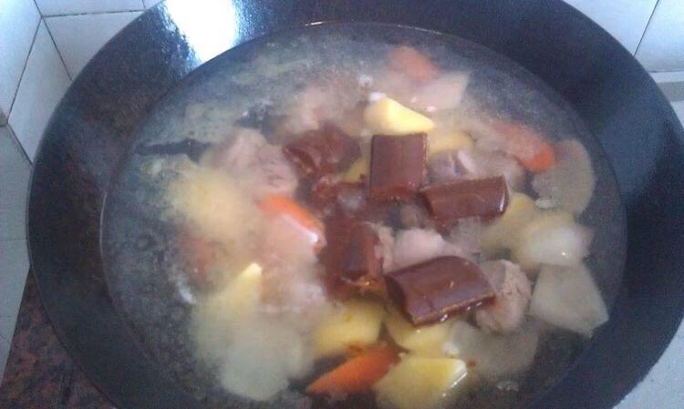 土豆炖牛肉,加入调味料