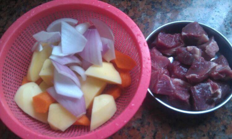 土豆炖牛肉,食材洗净、切块备用