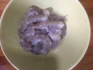 虾仁滑蛋,去除虾壳虾线再次清洗干净放入碗中