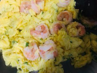 虾仁滑蛋,将蛋和虾仁炒散,大部分蛋液凝固了,立马关火盛出,防止炒老了影响口感。