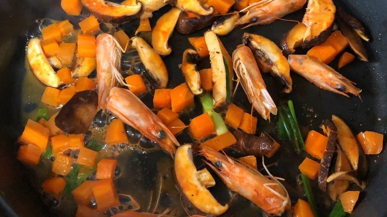 什锦虾仁粥,放香菇和胡萝卜加少许水翻炒一会后取出虾头和葱段