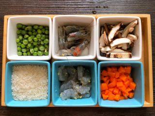 什锦虾仁粥,鲜虾头身分离,去除虾壳,加半勺姜末、半勺料酒和一丢丢盐腌制10分钟