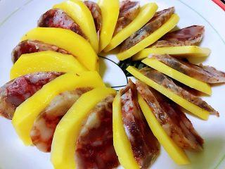 香肠土豆片,拿起一片香肠一片土豆放在盘中,依次重叠,全部摆在盘中,围绕成一个圆形。