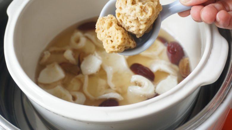 花胶(新西兰鳕鱼胶)炖牛奶,7、2小时后加入石蜂糖。