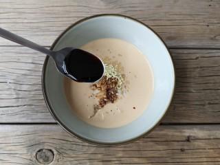 麻汁豆角,再加入一小勺的味极鲜酱油和香醋调匀。