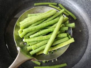 麻汁豆角,焯熟的豆角沥水捞出。