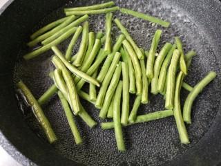 麻汁豆角,切好的豆角入开水焯熟(一定要焯熟哦!2—3分钟左右即可)。