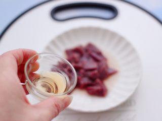 西兰花猪肝粥(宝宝辅食),猪肝洗净后,用刀切成小丁,倒入料酒去腥味。