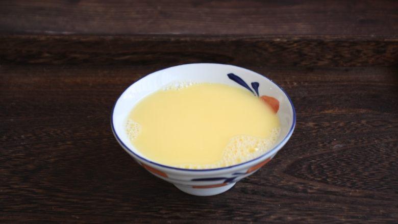 鹅蛋羹~孕妇餐,借助工具打成鹅蛋液。