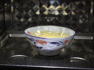 鹅蛋羹~孕妇餐,用耐高温的保鲜膜将鹅蛋液碗包裹上,用牙签戳几个眼,以便透气,加快熟的速度。 放入蒸锅里,上气后中火蒸10分钟,关火,焖2分钟。