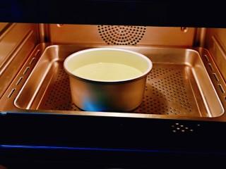 翡翠米发糕,入蒸箱35度发酵1小时。