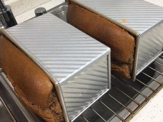 面包蛋糕混合包,烤完立即侧扣在网格上冷却。