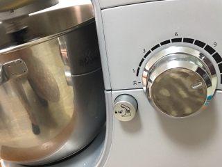 面包蛋糕混合包,启动厨师机高速搅拌10分钟。