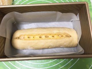 面包蛋糕混合包,顺势卷起来,用刀再切开。