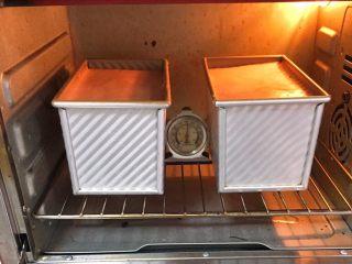 面包蛋糕混合包,吐司盒送入烤箱175度,烤制35分钟,上色满意加盖锡纸。