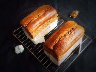 面包蛋糕混合包,冷却后脱模,掀掉烤盘纸。