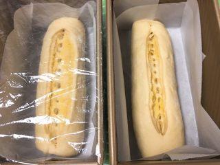 面包蛋糕混合包,依次放入吐司盒,盖上保鲜膜。