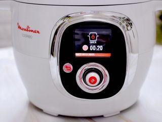 板栗炖土鸡汤,盖上电压力锅的锅盖,定时20分钟即可。