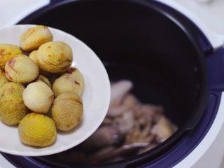 板栗炖土鸡汤,锅中再加入板栗。