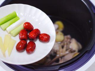 板栗炖土鸡汤,放入浸泡好的红枣,加入切段的葱和姜片。