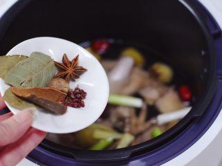 板栗炖土鸡汤,再放入香叶和桂皮,八角和花椒,还有草蔻。